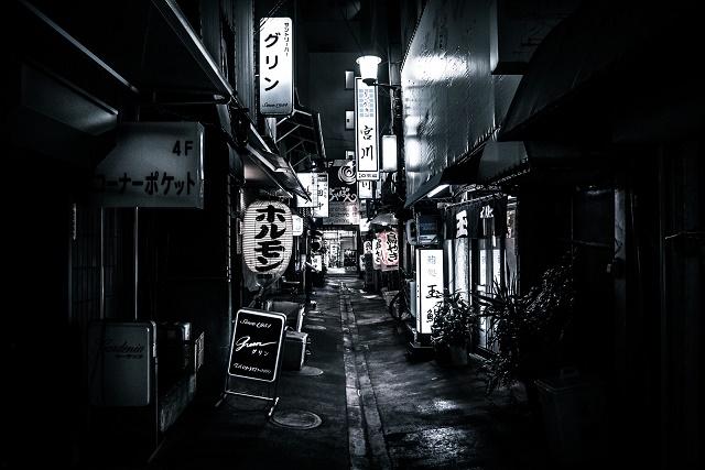暗い繁華街