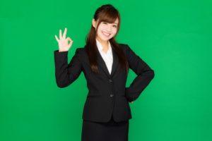 笑顔のリクルートスーツ女性