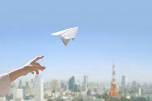 紙飛行機を飛ばす