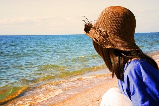 一人で海辺でたたずむ女性