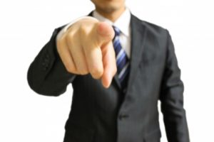指をさすパワハラ上司