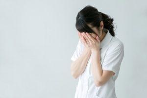 泣く看護師