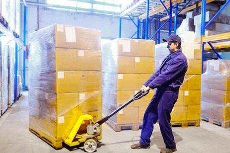 ②その部品や材料をあけて、工場のラインの作業する場所に運ぶ(台車やハンドリフトを使ったりする)1