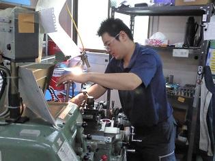 材料を加工する作業2